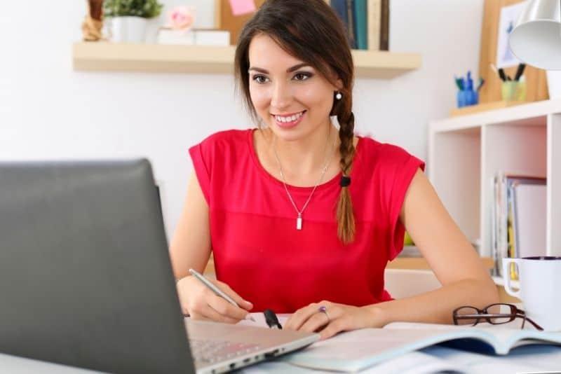 Woman teaching online course platform.